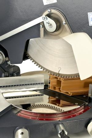 Оборудование для производства окон ПВХ, станок ÖZÇELIK VEGA-I - вид на пильный диск